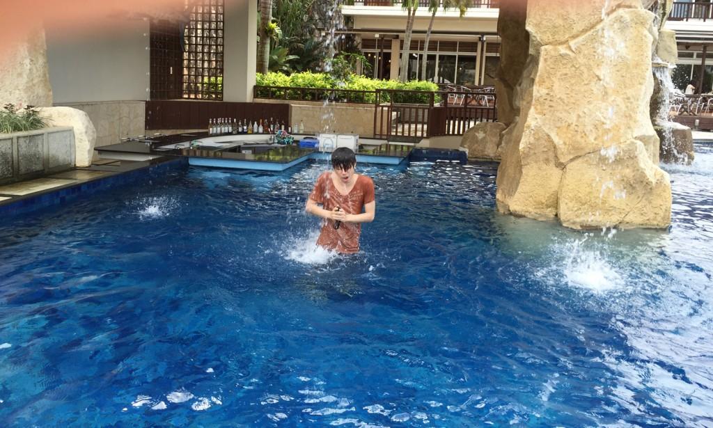 プールで滝