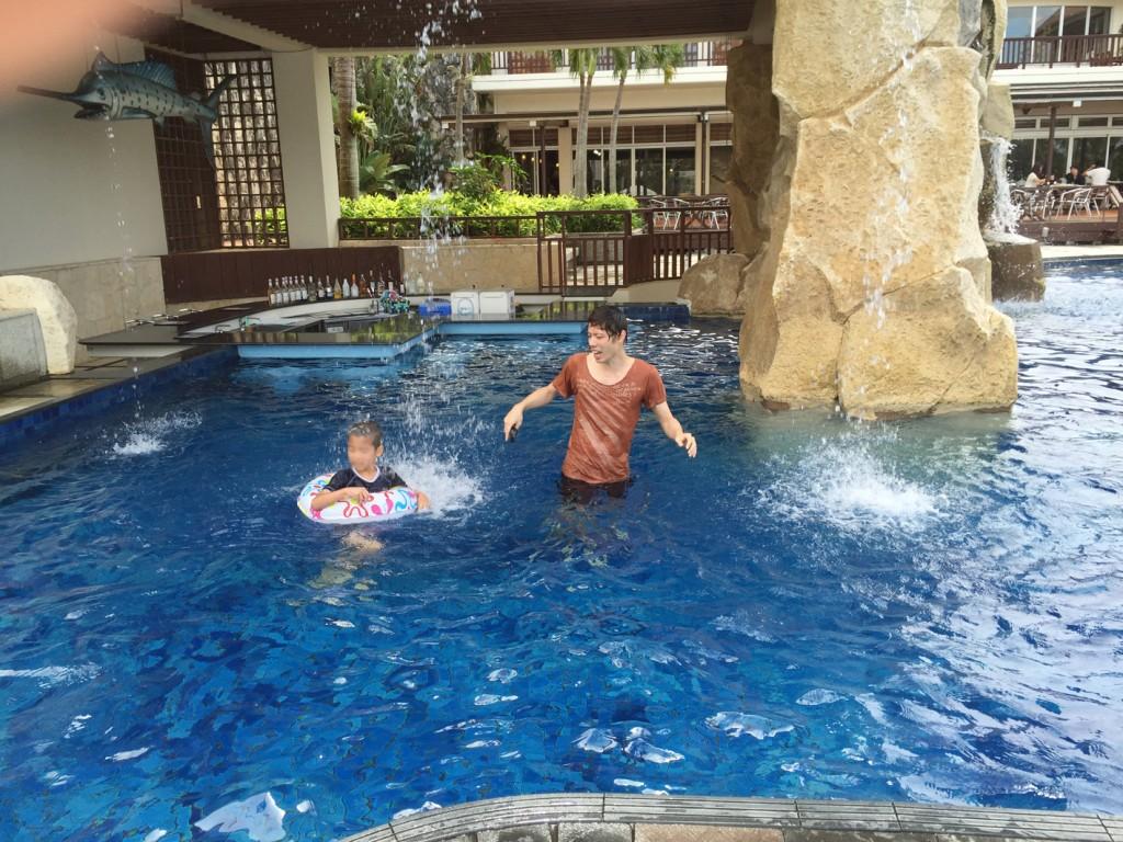 子供とプールで遊ぶ